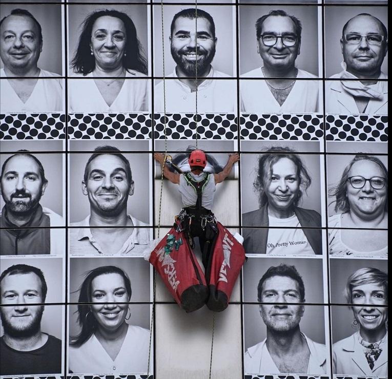Bastille Opera Binası'nda sağlık çalışanlarının fotoğrafları sergilendi