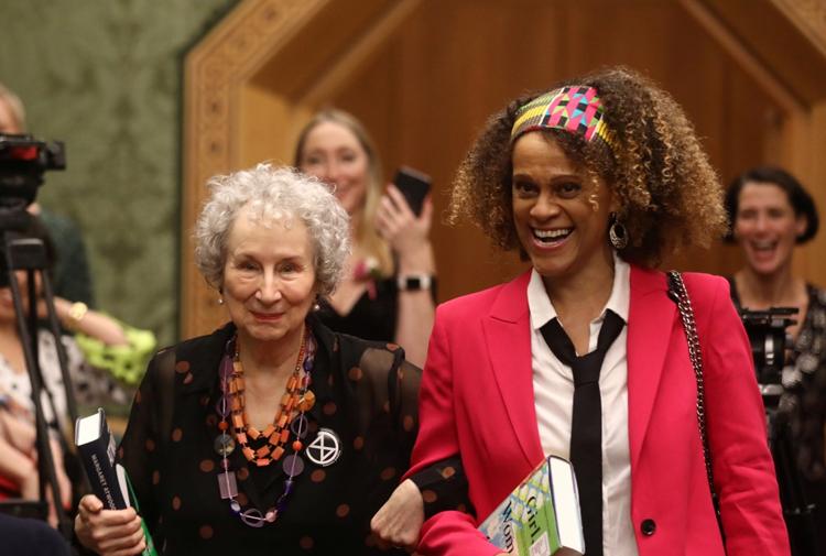 Man Booker kuralları bozdu ve yine iki yazara ödül verdi: Margaret Atwood ve Bernardine Evaristo'ya