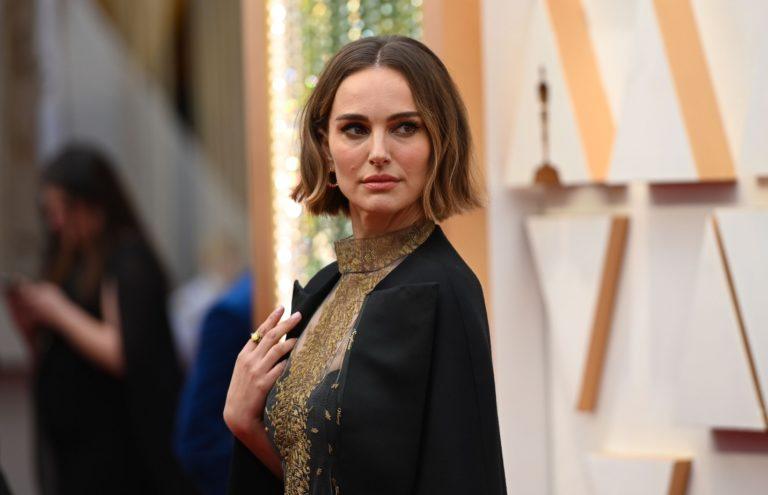 Natalie Portman'ın ceketinin üzerinde yazan kadın yönetmenlerin isimleri