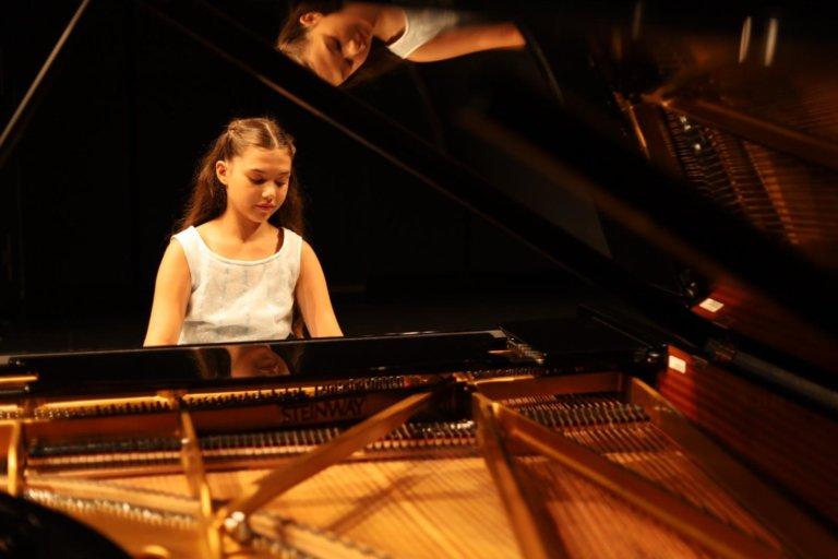 """Piyanonun yeni """"harika çocuğu"""" İlyun Bürkev'den """"Hope For Future"""""""