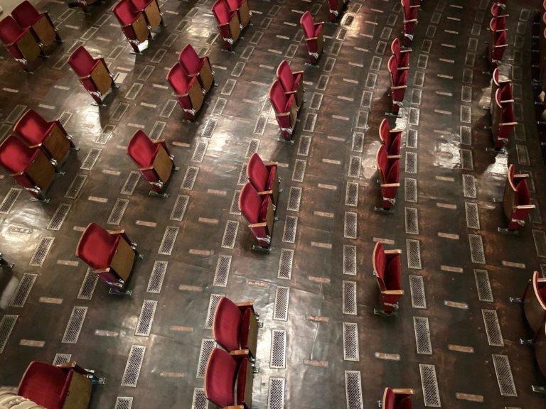 """Çünkü artık """"normal"""" bu: Berliner Ensemble Tiyatrosu'nun sosyal mesafeli seyirci koltukları"""